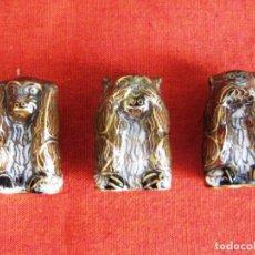 Antigüedades: LOS TRES MONOS SABIOS EN BRONCE CLOISONNE MIDEN 2,3 X 1,5 DE BASE Y 4 CMS DE ALTURA CADA UNO. Lote 140867018