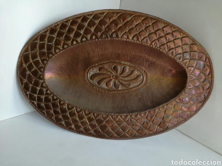 ANTIGUA BANDEJA DE COBRE REPUJADO 46X30CM // METAL CINCELADO (Antigüedades - Hogar y Decoración - Bandejas Antiguas)