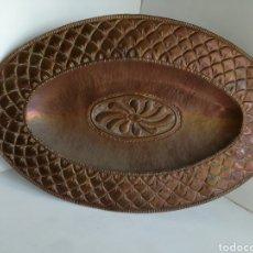Antigüedades: ANTIGUA BANDEJA DE COBRE REPUJADO 46X30CM // METAL CINCELADO. Lote 140876414