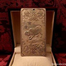 Antigüedades: LINGOTE EN PLATA CON GRABADO DE TIGRE Y ZODIACO CHINO - 129 GRAMOS. Lote 152162632