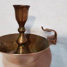 Antigüedades: INDIA-ANTIGUO PORTAVELAS DE BRONCE. Lote 140884570