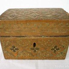 Antigüedades: ANTIGUO COFRE DE MADERA FORRADO EN COBRE REPUJADO. Lote 140885110
