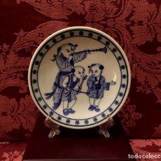 Antigüedades: PEQUEÑO PLATO CON NIÑOS MUSICOS CHINOS - 79 GRAMOS.. Lote 140886534