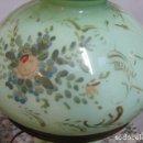 Antigüedades: LAMPARA QUINQUE ANTIGUO DE CRISTAL OPALINA VERDE CLARO PINTADA A MANO MOTIVO FLORAL ORO T. ISABELINO. Lote 140902762