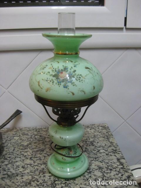 Antigüedades: LAMPARA QUINQUE ANTIGUO DE CRISTAL OPALINA VERDE CLARO PINTADA A MANO MOTIVO FLORAL ORO T. ISABELINO - Foto 2 - 140902762