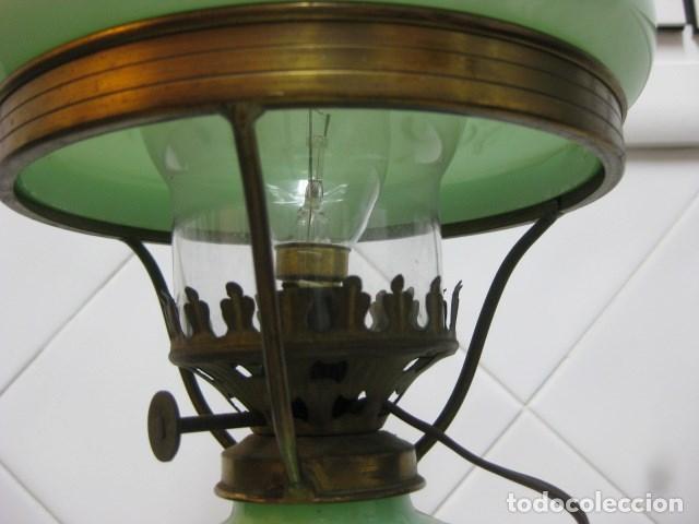 Antigüedades: LAMPARA QUINQUE ANTIGUO DE CRISTAL OPALINA VERDE CLARO PINTADA A MANO MOTIVO FLORAL ORO T. ISABELINO - Foto 3 - 140902762
