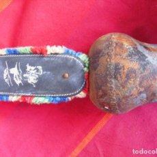 Antigüedades: CAMPANO SUIZO DE HIERRO CON CORREA. 29 CMS.. Lote 140904882