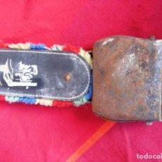 Antigüedades: CAMPANO SUIZO DE HIERRO CON CORREA. 29 CMS. TOTAL. Lote 140904950
