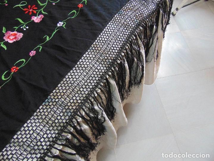 Antigüedades: MANTON DE MANILA BORDADO MIDE APROXIMADAMENTE 135 X 135 CM Y 37 CM DE ENREJADO Y FLECOS - Foto 14 - 140971302
