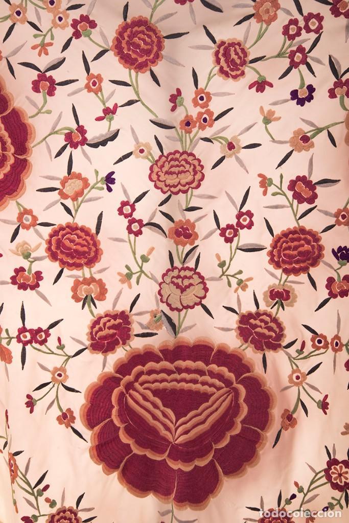Antigüedades: Mantón de Manila de seda natural bordado con fleco anudado a mano (GQ72) - Foto 2 - 140978422