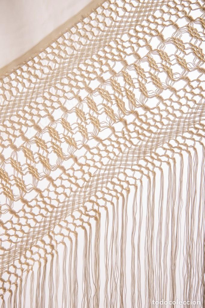 Antigüedades: Mantón de Manila de seda natural bordado con fleco anudado a mano (GQ76) - Foto 3 - 140979894
