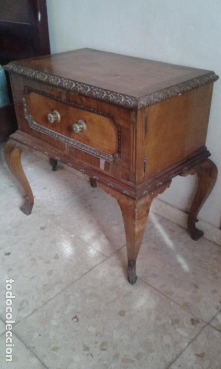 PAREJA DE MESILLAS DE NOCHE CHAPADAS EN RAIZ. (Antigüedades - Muebles Antiguos - Mesas Antiguas)