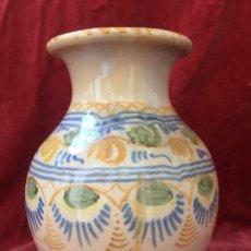 Antigüedades: JARRON MANISES ALFAR M. A. GUIRNALDAS AZUL OCRE CREMA CRAQUELADO 1ª MITAD S XX 20X16CMS. Lote 140997358