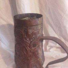Antigüedades: JARRA DE COBRE TALLADO Y AGARRE DE HIERRO FORJADO. Lote 141000422