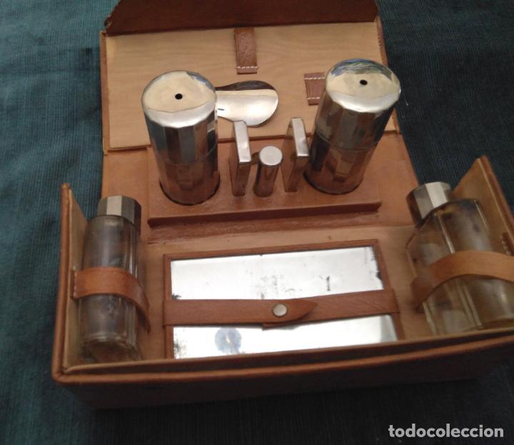 Antigüedades: Antiguo Set de afeitado y aseo de viaje, piel,metal y cristal. 20 x 9 x 7 cm. H. mediados S. XX - Foto 2 - 141022854