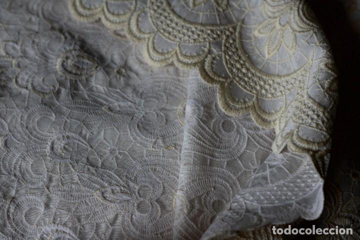 Antigüedades: ELEGANTE COLCHA BEIG CON TIRA BORDADA A MAQUINA IDEAL TRAJE DE VIRGEN - Foto 7 - 141068306