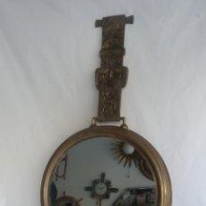 Antigüedades: RARISIMO ESPEJO ANTIGUO FORMA DE RELOJ DE MANO EN LATON VINTAGE AÑOS 60. Lote 133047267