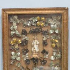 Antigüedades: PRECISO TRABAJO CONVENTUAL CON IMAGEN DE NIÑO JESUS EN ORLA DE FLORES METALICAS. SIGLO XIX. Lote 141138186