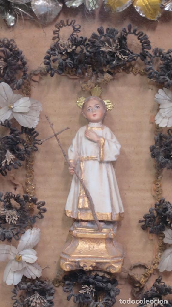 Antigüedades: PRECISO TRABAJO CONVENTUAL CON IMAGEN DE NIÑO JESUS EN ORLA DE FLORES METALICAS. SIGLO XIX - Foto 2 - 141138186