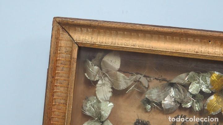 Antigüedades: PRECISO TRABAJO CONVENTUAL CON IMAGEN DE NIÑO JESUS EN ORLA DE FLORES METALICAS. SIGLO XIX - Foto 8 - 141138186