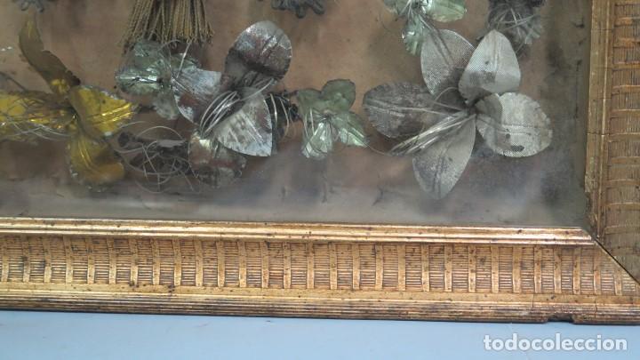 Antigüedades: PRECISO TRABAJO CONVENTUAL CON IMAGEN DE NIÑO JESUS EN ORLA DE FLORES METALICAS. SIGLO XIX - Foto 9 - 141138186