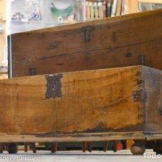Antigüedades: GRAN ARCA ANTIGUA O BAÚL REALIZADO EN MADERA DE NOGAL - HERRAJES ORIGINALES. Lote 141197822
