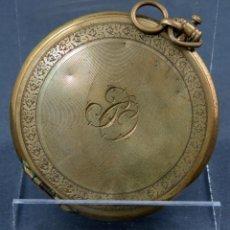Antigüedades: POLVERA EN FORMA DE RELOJ DE BOLSILLO EN BRONCE DORADO INICIALES GRABADAS PRINCIPIOS SIGLO XX. Lote 141212110