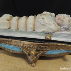 Antigüedades: CURIOSO COFRE ITALIANO VIRGEN NIÑA CON CORREAS. Lote 141242486