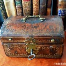 Antigüedades: CAJA ENCUERADA DEL SIGLO XVII. Lote 141248702