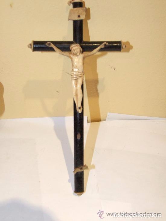 CRISTO DE TALLA DE HUESO EN CRUZ DE MADERA, S. XIX (Antigüedades - Religiosas - Crucifijos Antiguos)