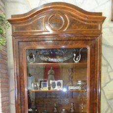 Antigüedades: VITRINA S.XIX. LOUIS PHILIPE - MADERA DE CAOBA - MARQUETERÍA CAOBA Y ROBLE- CORNISA CON TALLAS. Lote 141308918