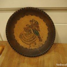 Antigüedades: 2 PLATOS DE MADERA GRABADOS CON PUNZÓN Y PINTADOS EN COLOR. FIRMADOS.. Lote 141454978