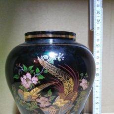 Antigüedades: BONITO JARRÓN CON DETALLES PINTADOS SIMULANDO JARDÍN CHINO.. Lote 141486746
