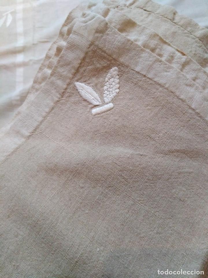 Antigüedades: Antiguo mantel y servilletas de hilo bordado a mano - Foto 5 - 141537717