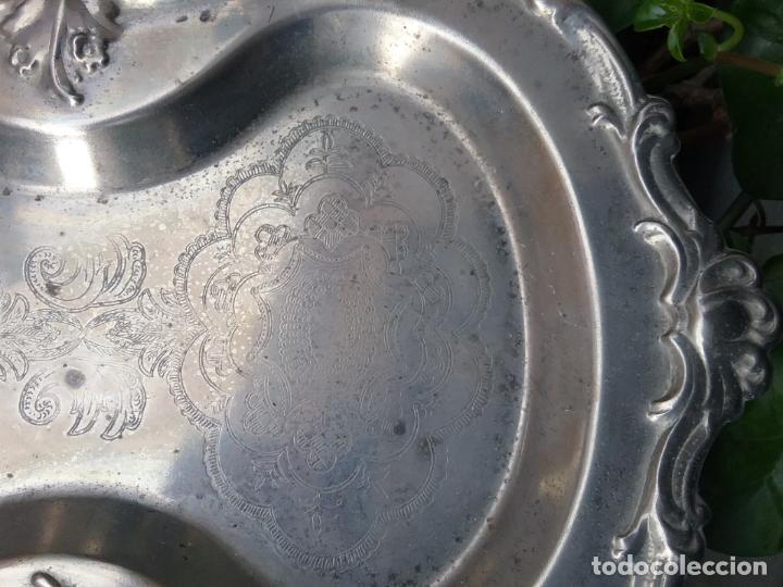 Antigüedades: bandeja plana con forma metal labrado centro de mesa , ideal cultos virgen semana santa capilla - Foto 9 - 141545214
