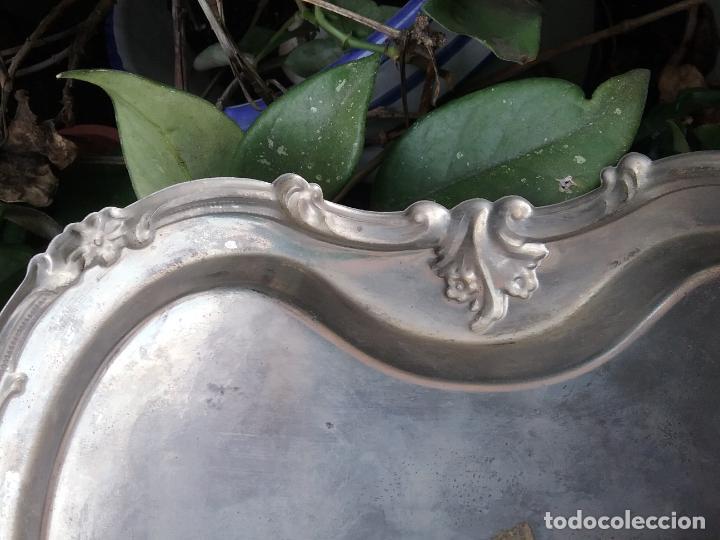 Antigüedades: bandeja plana con forma metal labrado centro de mesa , ideal cultos virgen semana santa capilla - Foto 11 - 141545214