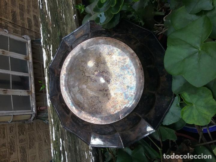 Antigüedades: bandeja redonda honda metal plateado centro mesa ideal cultos virgen semana santa capilla - Foto 10 - 141546938