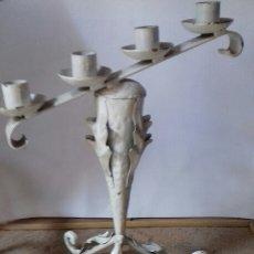 Antigüedades: ANTIGUO CANDELABRO DE HIERRO DE 4 VELAS, DECORADO Y FORJA. PALMATORIA. Lote 141550849