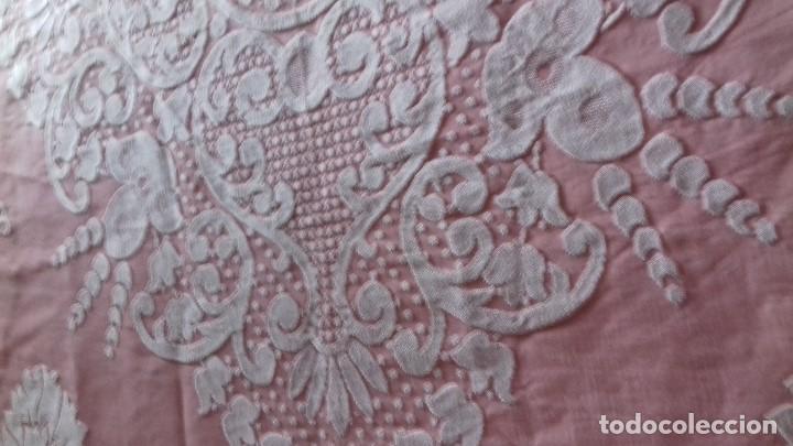 Antigüedades: ANTIGUA COLCHA ROSA DE FLORES BLANCAS. - Foto 13 - 141554734