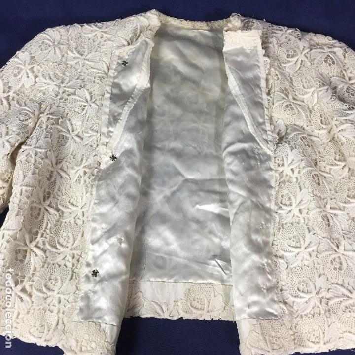 Antigüedades: chaqueta torera encaje guipur raso seda vintage blanco roto manga tres cuartos ceremonia años 50 - Foto 13 - 141662874