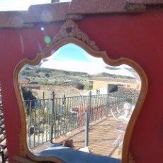 Antigüedades: ANTIGUO ESPEJO BISELADO CON MARCO DE MADERA CON COPETE. Lote 141690646