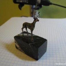 Antigüedades: MINIATURA CERVATILLO EN PLATA DE LEY. Lote 141785546