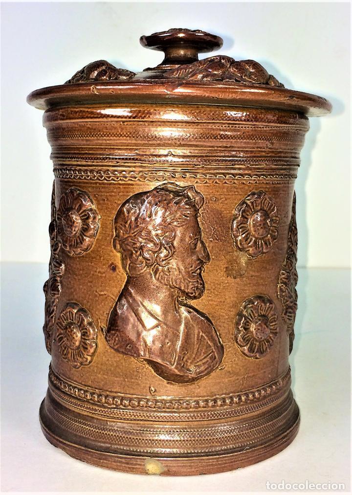 FRASCO CON TAPA. CERÁMICA DE REFLEJOS METÁLICOS. ESTILO ROMANO. MANISES. ESPAÑA. XIX-XX (Antigüedades - Porcelanas y Cerámicas - Manises)