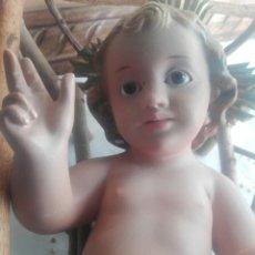 Antigüedades: FIGURA RELIGIOSA GRAN IMAGEN NIÑO JESUS EN CUNA SAN JORDI OLOT 24 CM NIÑO. Lote 141790842