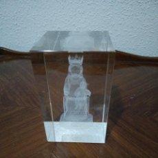 Antigüedades: BLOQUE CRISTAL GRABADO 3D VIRGEN DE MONTSERRAT? LA MORENETA. Lote 141808182