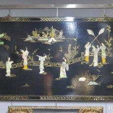 Antigüedades: PANEL CHINO LACADA CON NACAR Y SIMIL PIEDRAS DURAS. MEDIADOS SIGLO XX. Lote 141840390