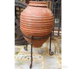 Antigüedades: ANTIGUA TINAJA DE BARRO Y PIE DE HIERRO DE GRAN TAMAÑO. Lote 141843850