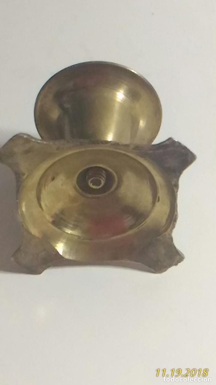 Antigüedades: Portavelas de metal dorado y labrado. - Foto 4 - 141861890