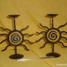 Antigüedades: PAREJA PORTAVELAS CANDELABROS FORJA Y CERÁMICA ESMALTADA, ALTO 16 CM, NUEVO SIN USAR. . Lote 141874694