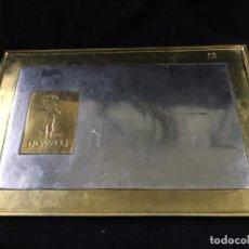 Antigüedades: DAVID MARSHALL GRAN BANDEJA DE BRONCE CON PUBLICIDAD DE DOMECQ. Lote 141906574